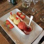 Meringue + glaces Alpérel (amande fraîche, fraise menthe poivrée) + fraises