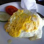 Завтрак-яичница,а под ней рис