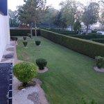 オテル ヴェール・・・芝生の裏庭右手が駐車場