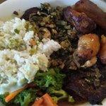 Bistec con chimichurri., arroz, verduras y sopa de lentejas