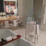 Banheiro muito espaçoso - banheira, chuveiro duplo