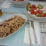 домашняя лапша с осьминогом и греческий салат