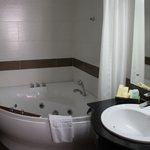 Vaste baignoire-jacuzzi
