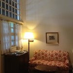 ベッドルームの手前にリビングエリアがあります。天井が高く、気持ち良い空間です。