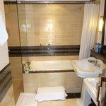 Colonial Suite, Room 301, Bathroom