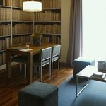 вид на книжный шкаф!.. )))