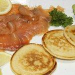 salmón marinado con blinis