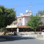 Если спускаться к морю от отеля Paphos gardens