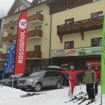 Из отеля на лыжи.