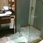 バスルームガラスの扉が見事に破砕・・・
