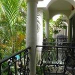 balcones amplios, con una mesita y 2 sillones