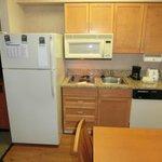 電子レンジと冷蔵庫のあるキッチン