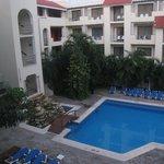 vue du balcon intérieur de l'hôtel avec piscine