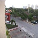 vue en sortant de la chambre coté rue avec l'entrée de l'hôtel