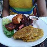 Pechuga de pollo y costillas al BBQ con tostones/BBQ breast chicken and pork ribs with fry plant