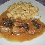 ottimo piatto di maiale con salsa di prugne e gnocchi