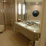 十分な浴槽・シャワールーム・洗面台・トイレの広さです.