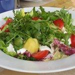 Una freschissima insalatona mista con mozzarella, pomodori e tanto altro.