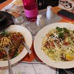 .лапша и салат с тунцом