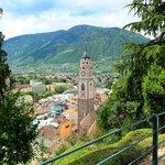Blick auf die Stadt Meran - da unten muss die Enoteca Claudia sein.