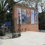 Вход во двор морского музея и кафе