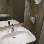 Pileta de baño con espejo y jabon liquido