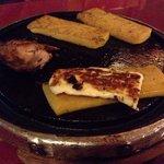 Polenta, queijo e galeto na pedra