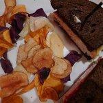 Pumpernickel sandwich and fried potato chips