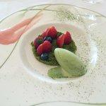 デザートは苺畑 抹茶のアイスクリームを添えて