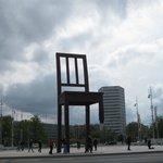 巨大な椅子のオブジェ