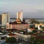 El Teatro Amazonas y al fondo el Río Negro