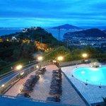 Abendlicher Blick auf Pool und Neapel