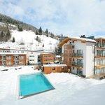 Hotel Der Waldhof Zell am See Winter  Hausansicht mit Pool 3