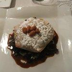 Tortilla di pollo al curry e mandorle, con riduzione al curry, zucchero a velo e mandorle