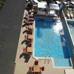 The pool and dining area at Nur Hotel