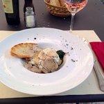 Antipasto di uovo, verdure e tartufo