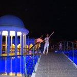 cúpula de la piscina en la noche