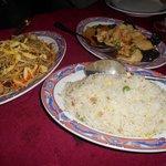 Nouilles maison, riz cantonais, poulet aux champignons noirs