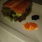 Salmón marinado sobre tartar de aguacate y tomate con algas