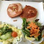 Carne de pouco com legumes e salada