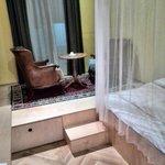 Кресла и столик на подиуме у окна