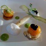 Jaunes confits, asperges, grains de caviar