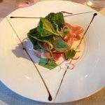 Œuf de ferme poche salade d'artichaut chiffonnade de jambon cru