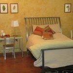 Suite A / Queen Bed