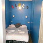 L'un des lits d'une des chambres