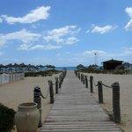 widok od strony hotelu na plażę
