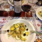 bacalhau Gomes de Sá, que serviu três pessoas, e um vinho português a um preço justo.