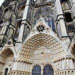 Cathedrale St-Etienne・・・奥左手入り口、調刻がすばらしい!