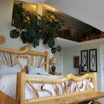 Bett mit viel Dekoration auf der Empore