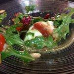 Ensalada de mozzarella, mermelada de tomate, pesto y piñones